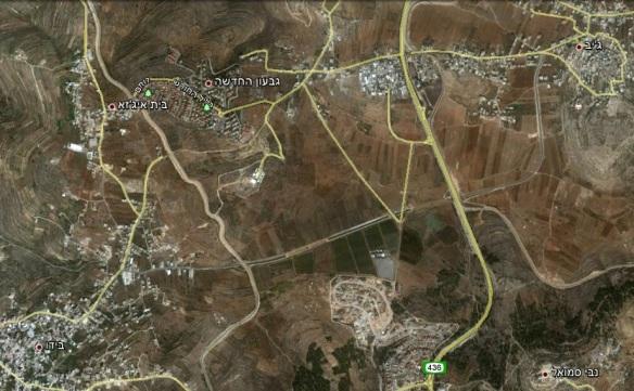 """במרכז התמונה, מנהרת הכביש המחבר בין הכפרים ג'יב ובידו, מתחת ל""""אצבע"""" הישראלית הכוללת את הר שמואל וגבעון החדשה."""